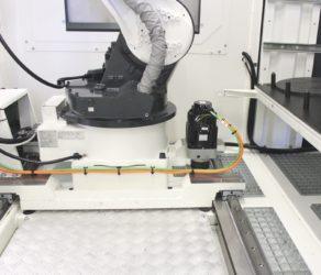 BMO robot op track. De knikarmrobot met daarnaast de tandheugel